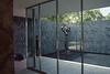 017  Barcelona - Paviljoen Mies van der Rohe, beeld in vijver vanuit zaal