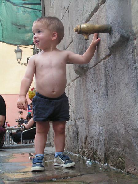 Diego en una fuente