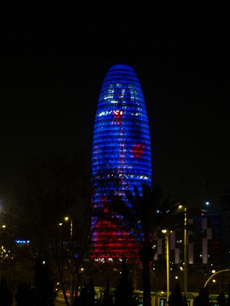 La torre Agbar de 142 m de altura fue diseñada por Jean Nouvel, construida bajo la inspiracion del legado arquitectonico de Gaudi y con el molde de las montañas de Montserrat, intenta evocar un geiser saliendo de la tierra e intentando alcanzar el cielo de Barcelona.