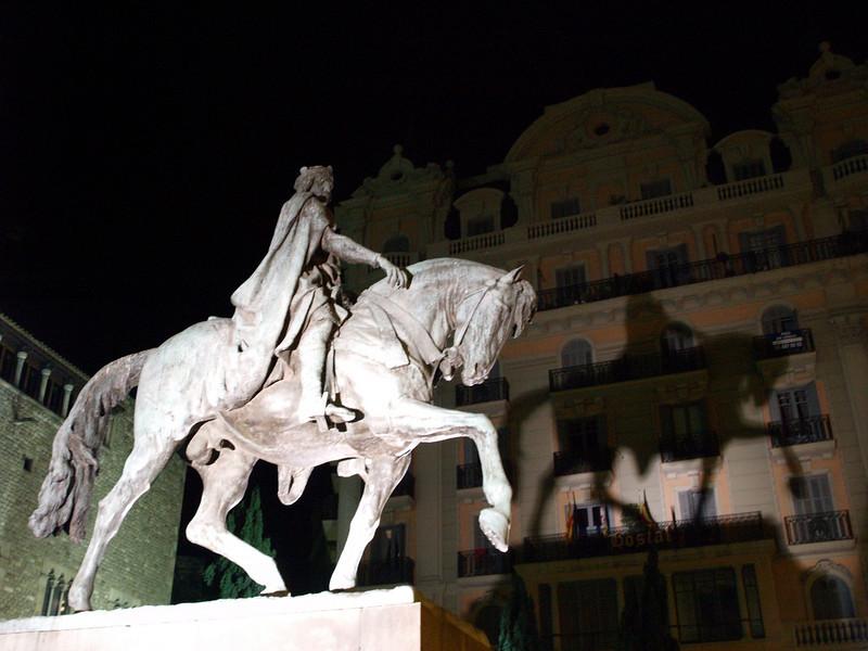 Estatua de Ramon Berenguer III, el Grande. Obra ecuestre de Josep Llimona inaugurada en la plaza que lleva su nombre el 11 de marzo de 1950. La realización de la obra data de 1922. La estatua estuvo acompañada por la polémica ya que la cola del caballo fue añadida en la postguerra por el restaurador oficial Frederic Marès.