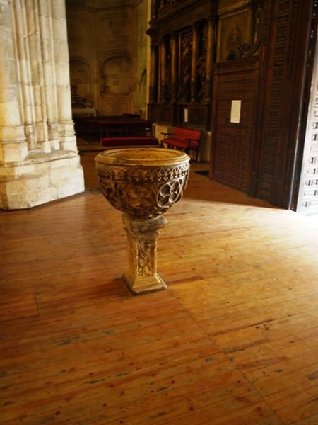 Pila agua bendita en la entrada de la iglesia de Santa Maria en Aranda de Duero (Burgos)