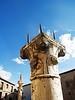 Curiosas columnas frente a la entrada del la Colegiata de Peñaranda de Duero (Burgos)