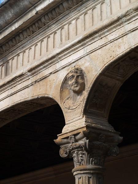 Busto sobre una de las columnas del claustro del Palacio de Avellaneda