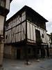 Construcción típica de Covarrubias (Burgos). Antiguamente, la plaza mayor de los pueblos castellanos era el lugar donde concentraban los vecinos para relacionarse, vender, comprar o escuchar los comunicados públicos. Estos soportales permitían protegerse a los vecino de las frecuentes lluvías en su cotidiana salida a la calle.