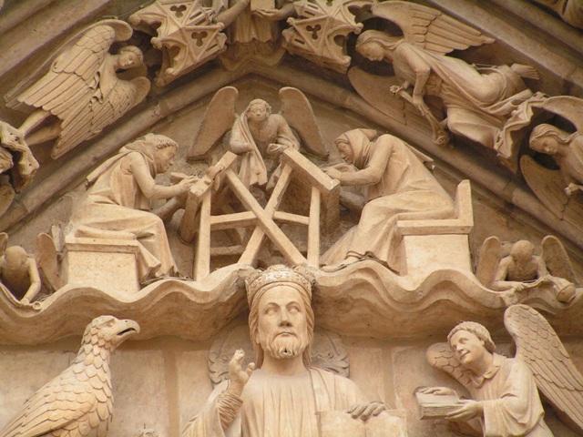 Detalle de un friso en una de las entradas laterales de la catedral de Burgos