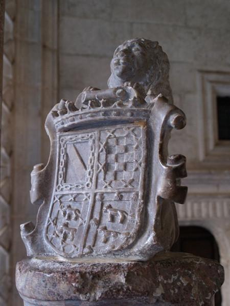 Escudo junto a una escalera del Palacio de Avellaneda