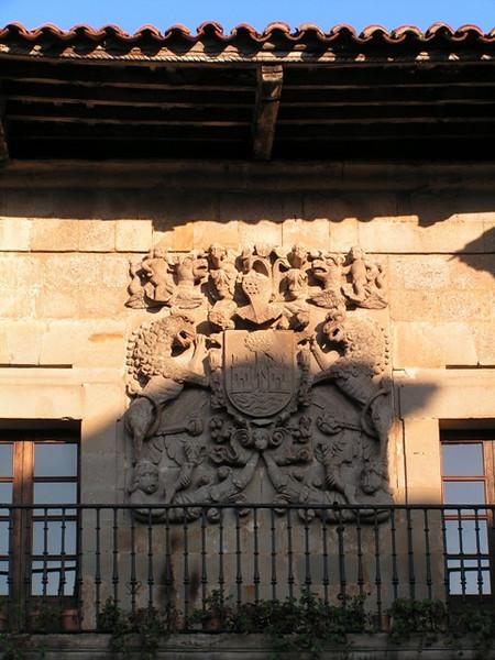 Escudo en una casa de Santillana del Mar, recuerdo del poder de esta familia en áquel entonces