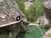 Matarraña, paso sobre el rio a traves de pasarelas de madera