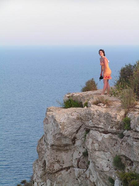 Marie con el vértigo reflejado en su postura