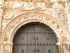 Portal de pequeña iglesia de Hornos