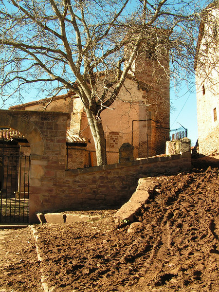 Iglesia de Viniegra de Arriba con las calles sin asfaltar y llenas de barro.