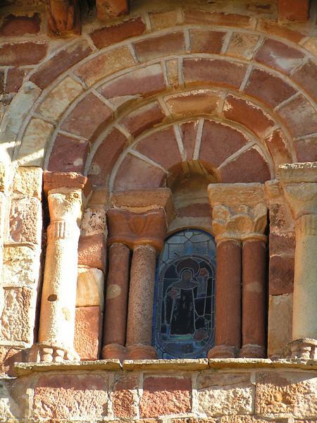 Pequeña cristalera de la iglesia de Villavelayo