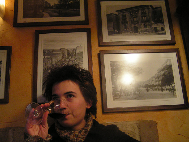 Marie degustando un crianza de la D.O.Rioja