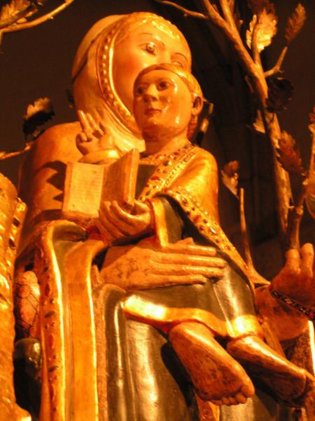 Virgen de la Valvanera, con los pies del niño al revés.