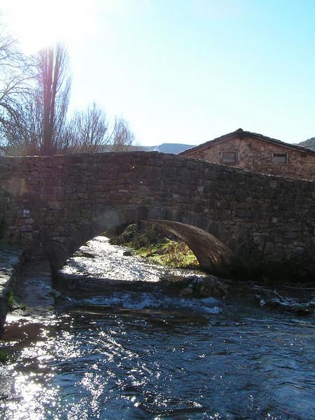 Puente sobre el rio en Canales de la Sierra