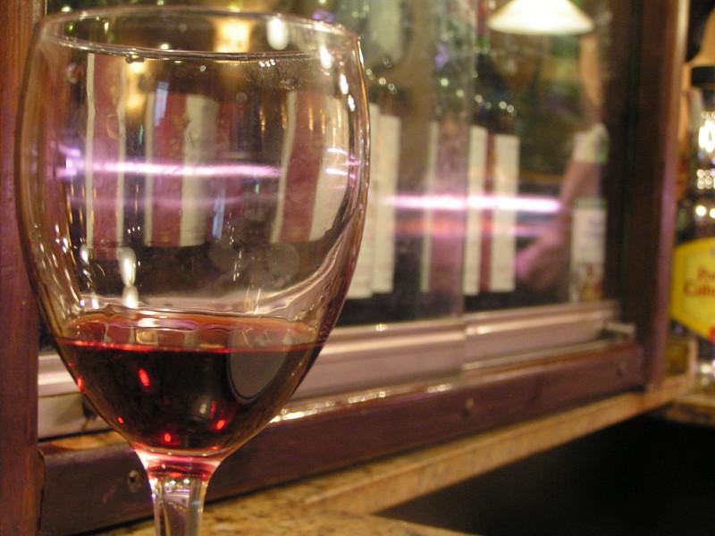 Copa de vino en la calle Laurel de Logroño
