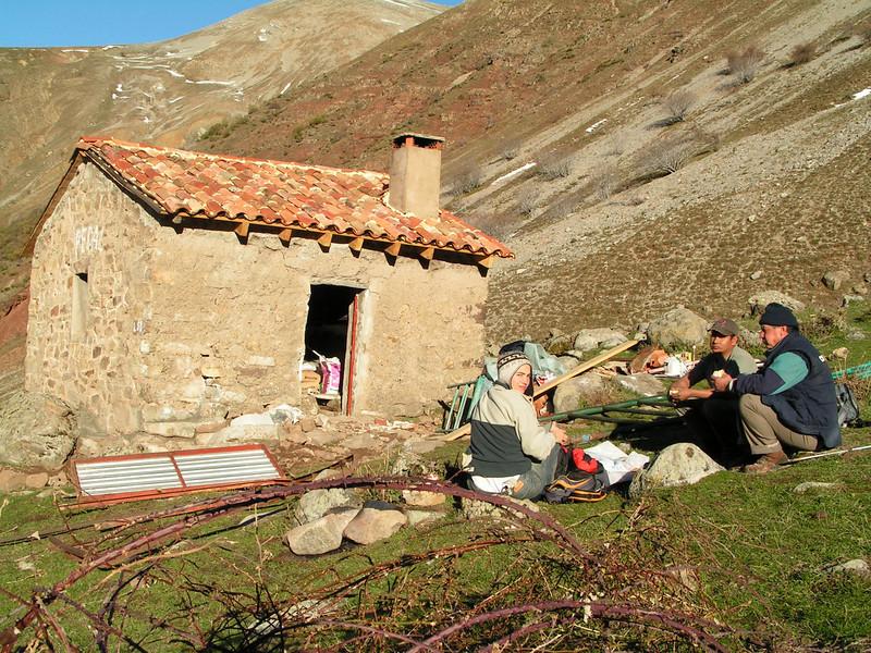 Dos bolivianos que trabajaban en la restauración en el refugio de los picos de urbión, nos invitaron a compartir su comida. Très Gentille