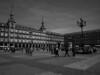 """Plaza Mayor Madrid. Sus orígenes se remontan al siglo XV, cuando en la confluencia de los caminos (hoy en día calles) de Toledo y Atocha, a las afueras de la villa medieval, se celebraba en este sitio, conocido como """"Plaza del Arrabal"""", el mercado principal de la villa, construyéndose en esta época una primera casa porticada, o lonja, para regular el comercio en la plaza."""
