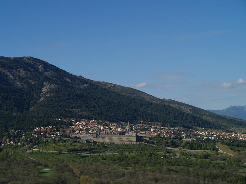 Vista de El Escorial desde la silla de Felipe II. Se cuenta que, desde ese lugar, el rey contemplaba la marcha de las obras del Monasterio.