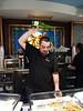 El camarero se sirvió una sidra para brindar con nosotros, muy puesto con los clientes