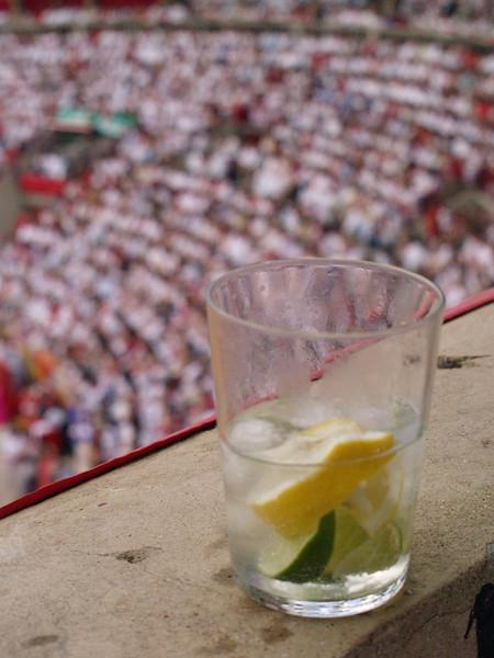 Invitación de un Gin Tonic por los vecinos, estos si iban preparados para pasar una buena tarde de toros. (Navarra)