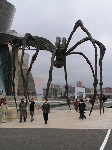 Araña en Bilbao junto al Guggenheim