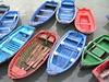 Barcas de colores a la orilla del puerto de Bermeo