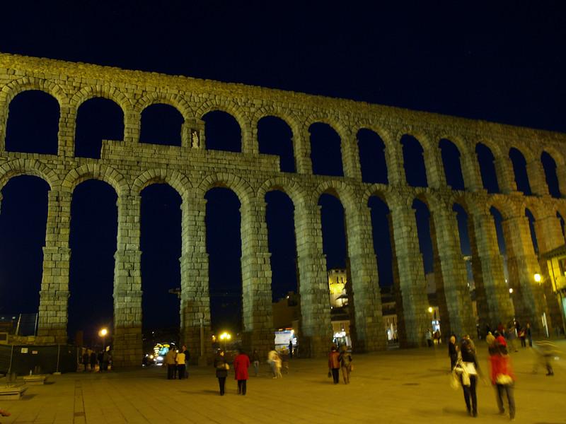 Acueducto de Segovia, monumento romano de casi 30 metros de altura, piedra sobre piendra sin ningún tipo de argamasa.