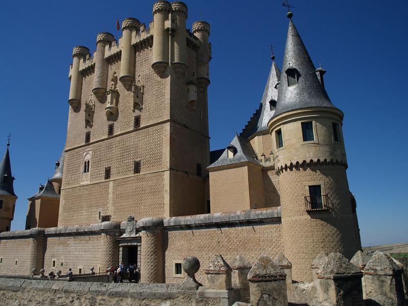 La situación del Alcázar de Segovia, sobre una roca labrada por los ríos Eresma y Clamores, indica el origen militar de esta fortaleza durante siglos inexpugnable.
