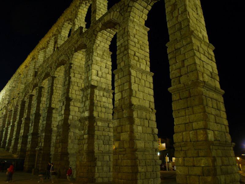 El acueducto de Segovia conduce las aguas del manantial de la Fuenfría recorriendo más de 15 kilómetros antes de llegar a la ciudad.