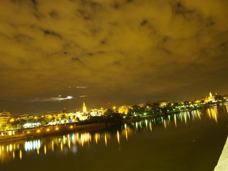 Sevilla junto al Guadalquivir, una noche cualquiera
