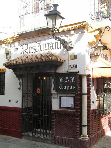 El restaurante mas antiguo del barrio de Santa Cruz. Todavia conserva en la pared los elementos para atardar a los caballos