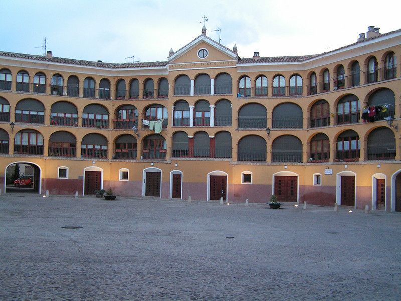 Plaza de toros restaurada para con apartamentos cuya entrada a los toros es gratis