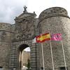 Puerta de Bisagra, de origen musulmán, época de la que se conserva el núcleo central, pero fue reconstruida por Alonso de Covarrubias en el siglo XVI. El lado externo es atribuido a Covarrubias y está formado por un arco de sillares almohadillados sobre el que se apoya un gran escudo de la Ciudad Imperial, con su inconfundible águila bicéfala.