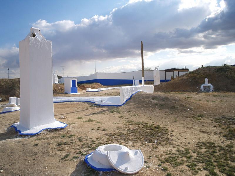 Casa subterráneas de Villacañas, construidas bajo tierra, forman un conjunto arquitectónico único en Europa. A consecuencia de la desamortización de Mendizábal en 1836, comienza a aparecer el jornalero o bracero que trabajará las nuevas tierras que adquiere la pujante burguesía. La penuria económica de los braceros, les obligará a construir viviendas subterráneas denominadas silos. Hoy en día, los silos de Villacañas, declarados Conjunto de Interés Histórico,