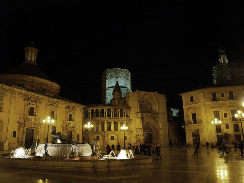 Plaza de la virgen de noche, donde se reunen todos los conciudadanos.