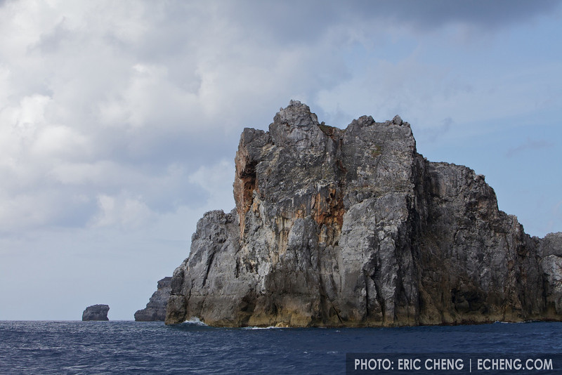 Towering volcanic cliffs are the norm in Ogasawara. The scenery is breathtaking here.