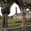 De cualquier manera el asentamiendo que se convirtio en St Andrews crecio en la era oscura a una posicion eminente en la Iglesia de Escocia, un proceso que fue acelerado por los ataques de los Vikingos en 849 DC.