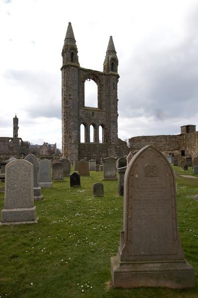 En 1378 la catedral fue severamente danada por el fuego y tuvo que ser extensamente reconstruida. En 1409 una tormenta de invierno destruyo la parte sur de la catedral.