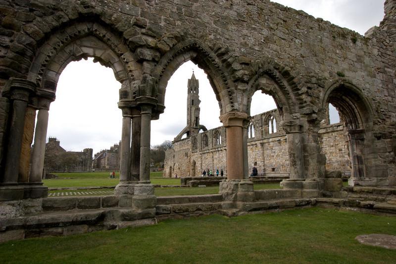 """Para 1144 St Andrews tuvo confirmado su lugar en la Iglesia cuando se establecio una comunidad de Augustinianos. Al mismo tiempo una banda de clerigos """"The Culdees"""" y envetualmente se establecieron en la iglease mas al este de las tres sobre la roca que ocupa la catedral."""