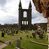 Pero fue otra clase de viento la que trajo a un rapido fin. Los vientos de cambio impulsados por La Reforma. El 11 de Junio de 1559 John Knox dio un sermon en St Andrews que exito de tal manera a la congregacion que inmediatamente fueron a la catedral y destruyeron todos los adornos y muebles asociados con los reformistas.
