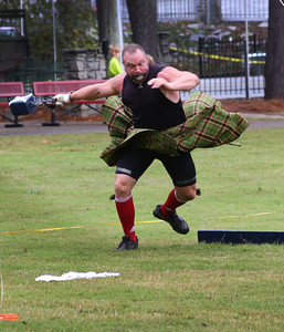 the athletes of Scottish games toss the big weights