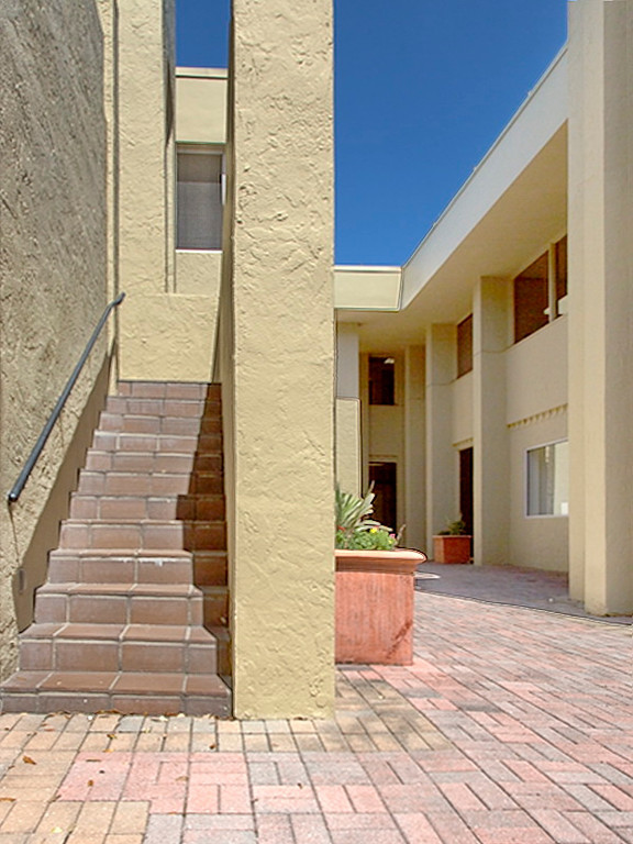 This is another view of the previous courtyard. But I don't know where this stairway leads. Stairs that go nowhere, doors without knobs; I see Winter Park through the looking glass. I'm outta here!