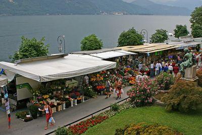 Pühapäevahommikune turg hotelliaknast Cannobio