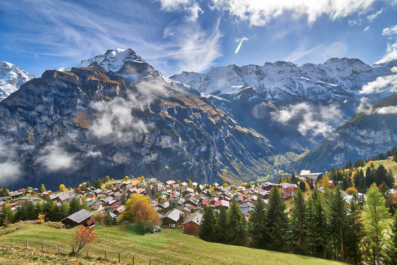 Mürren: Nice view of the town of Mürren with the valley below and the giant mountains above.