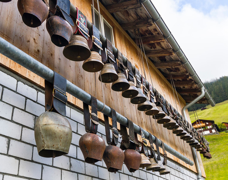 Mürren: This house had a sweet collection of cowbells on the side.