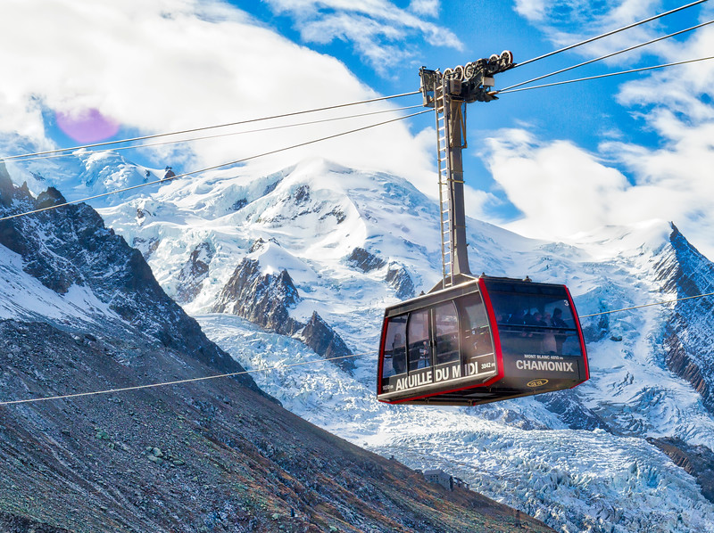 Aiguille du midi: Cablecar in front of Mont Blanc.