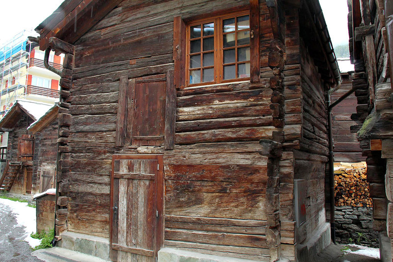Several streets in the old core of Zermatt still have wooden structures in use that are hundreds of years old. Plaques showing build dates from the 15th and 16th century were common.