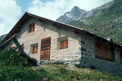 Hiking out from the Coaz Hütte through the Val Roseg to Pontresina