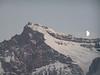La luna junto a uno de los picos de 6.000 metros